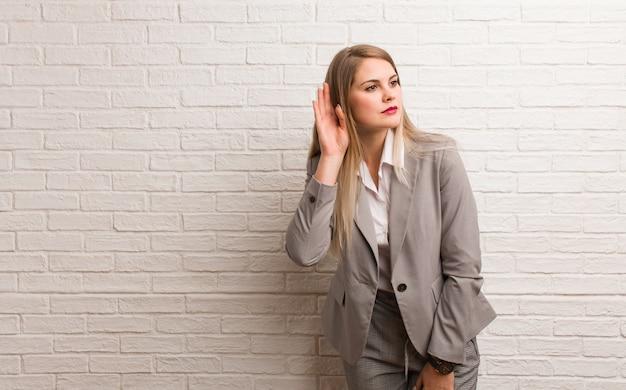 Mujer de negocios rusa joven avergonzada y riendo al mismo tiempo