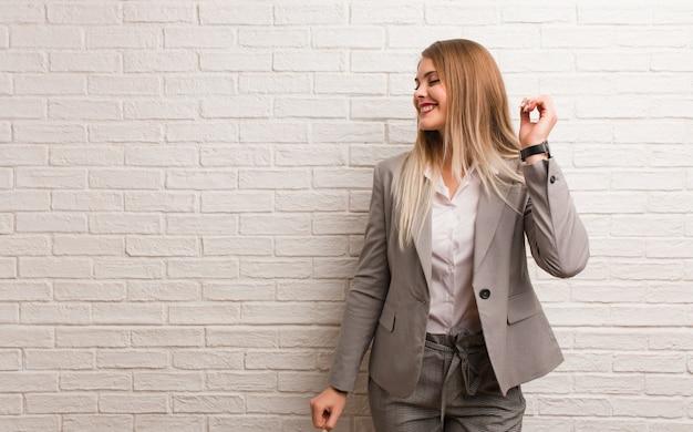 Mujer de negocios rusa joven que baila y que se divierte