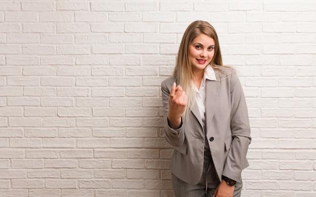 Mujer de negocios rusa joven que invita a venir