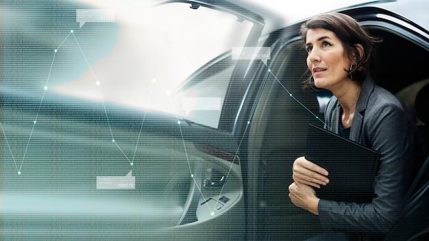 Mujer de negocios, salir, de, un, coche