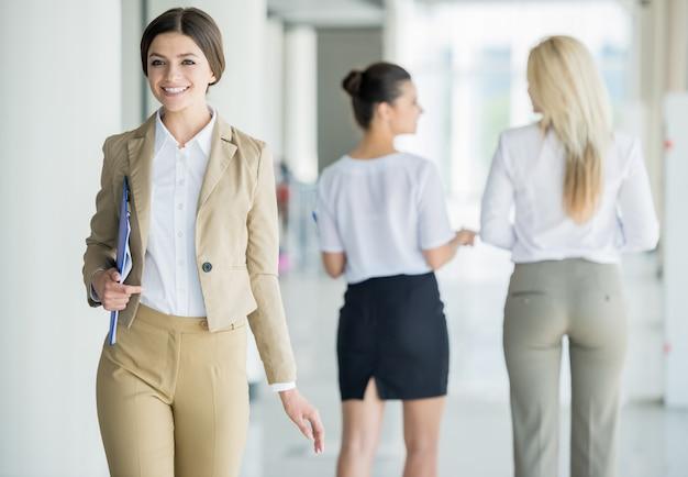 Mujer de negocios seguros en traje de mudanza en la oficina.
