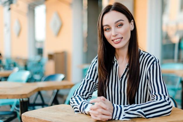 Mujer de negocios, sentado, en, café, y, sonriente