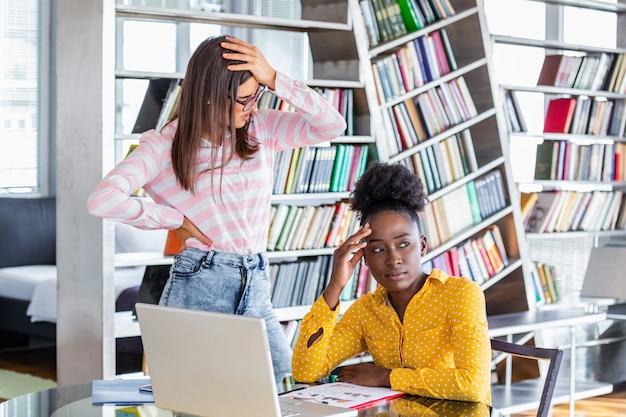 Mujer de negocios se siente estresado y cansado sentado en su oficina con una computadora portátil