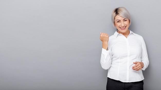 Mujer de negocios de smiley de espacio de copia