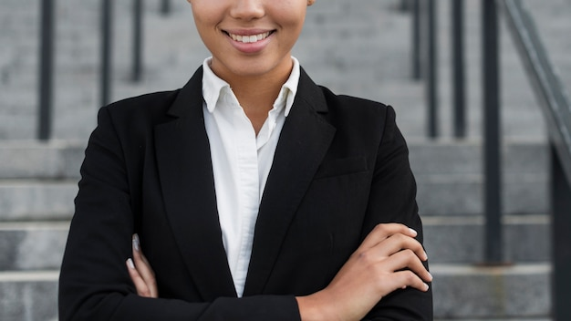 Mujer de negocios sonriendo cerca