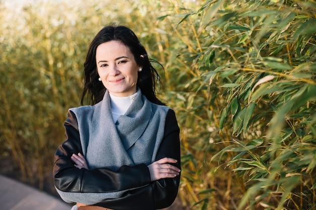 Mujer de negocios sonriente con los brazos cruzados