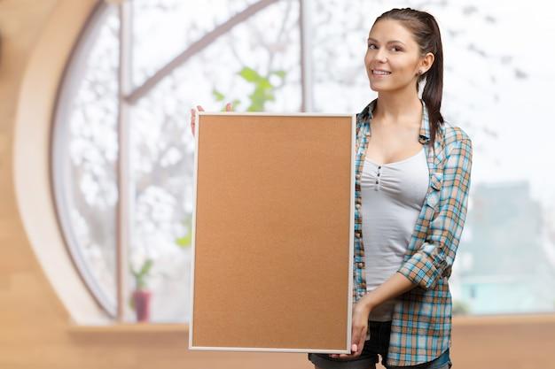 Mujer de negocios sosteniendo una pancarta