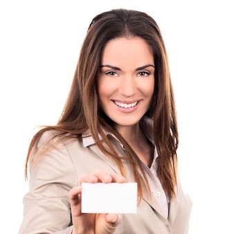 Mujer de negocios sosteniendo una tarjeta de presentación en blanco sobre fondo blanco.