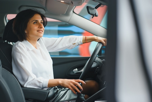Mujer de negocios en su coche nuevo