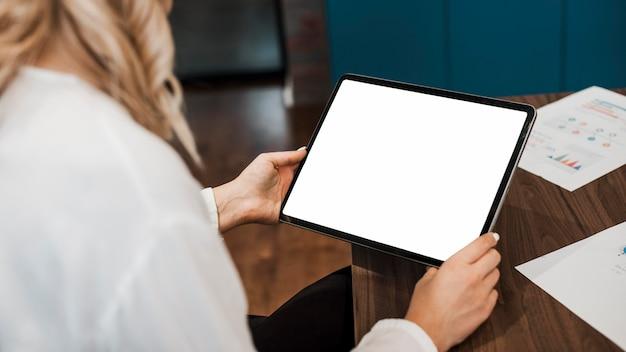 Mujer de negocios en su oficina copia espacio tableta