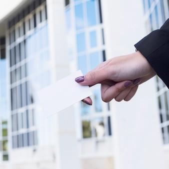 Mujer de negocios sujetando tarjeta de visita