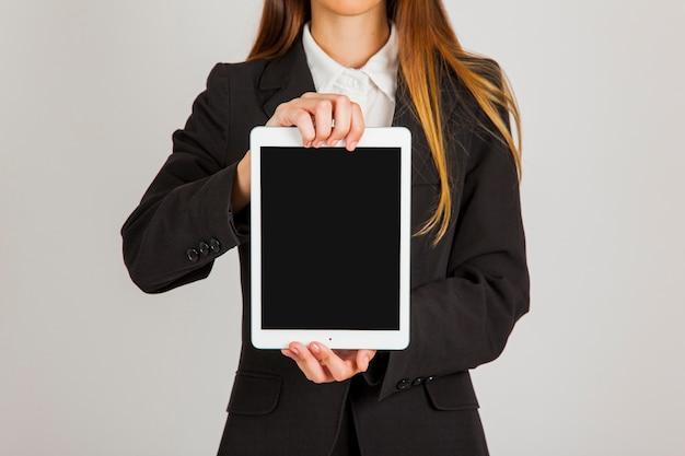 Mujer de negocios con tablet vertical