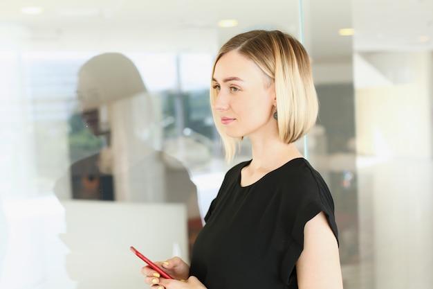 Mujer de negocios con un teléfono inteligente en ella