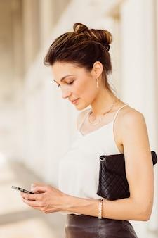 Mujer de negocios con teléfono móvil