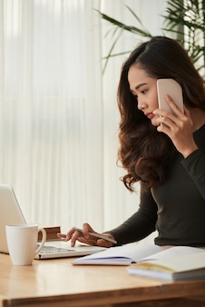 Mujer de negocios por teléfono