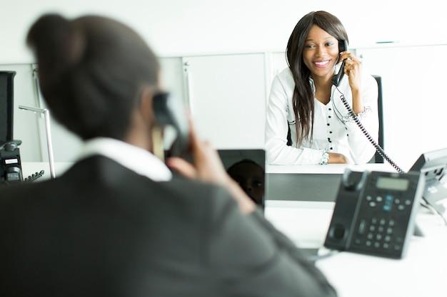 Mujer de negocios, en el teléfono