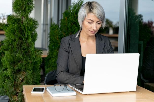 Mujer de negocios trabajando al aire libre