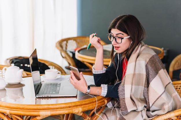 Mujer de negocios trabajando en cafetería