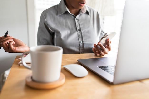 Mujer de negocios trabajando desde casa en la nueva normalidad