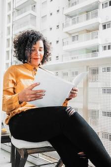 Mujer de negocios trabajando en casa