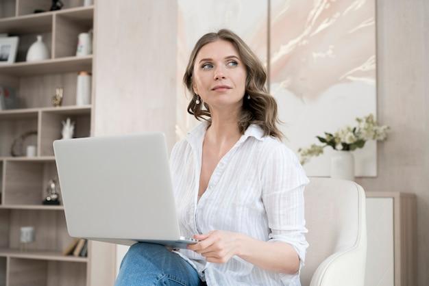 Mujer de negocios trabajando desde casa