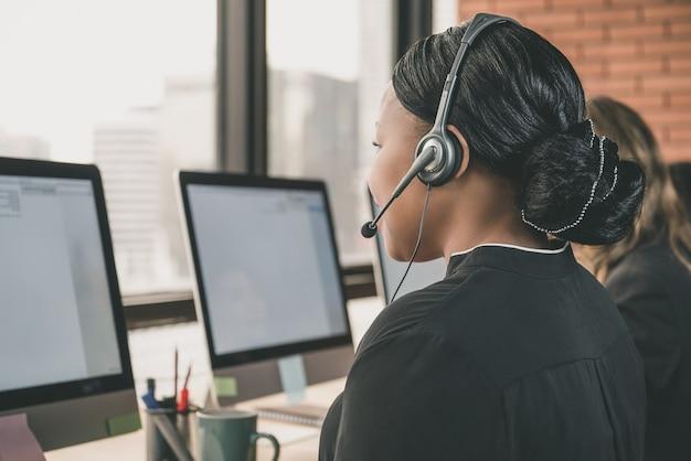Mujer de negocios, trabajando, en, centro de llamadas