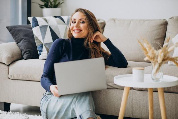 Mujer de negocios trabajando en la computadora portátil en casa