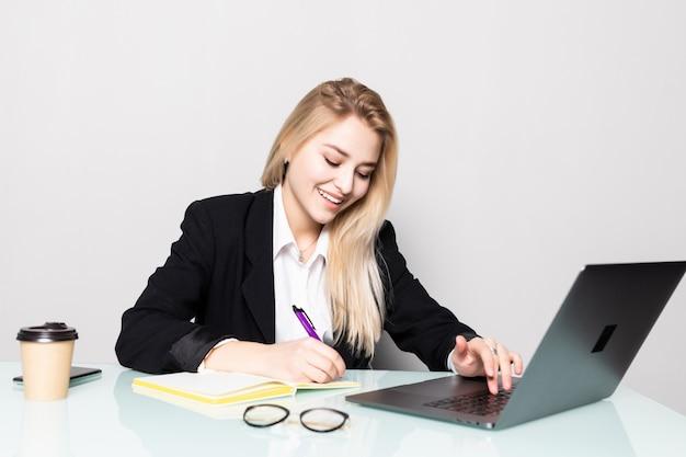 Mujer de negocios trabajando con documentos en la oficina