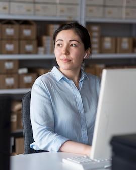 Mujer de negocios trabajando en equipo portátil