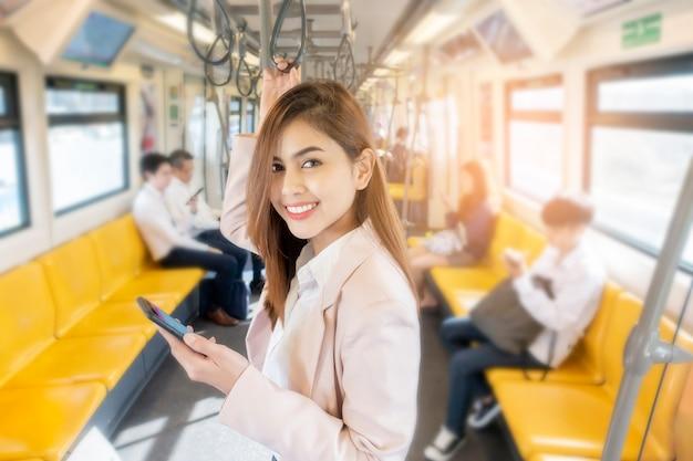 Mujer de negocios está trabajando en metro