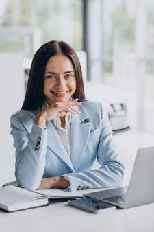 Mujer de negocios trabajando en la oficina en la computadora