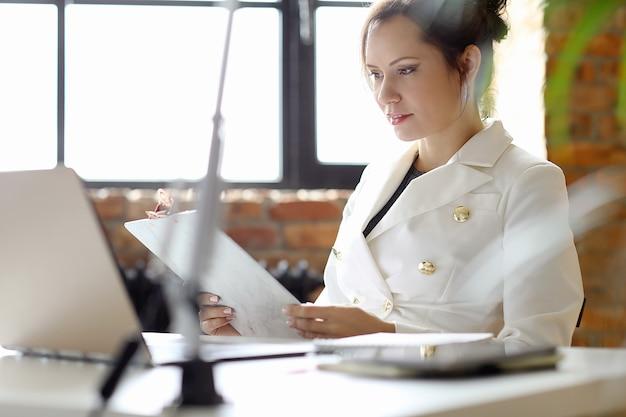 Mujer de negocios trabajando en la oficina