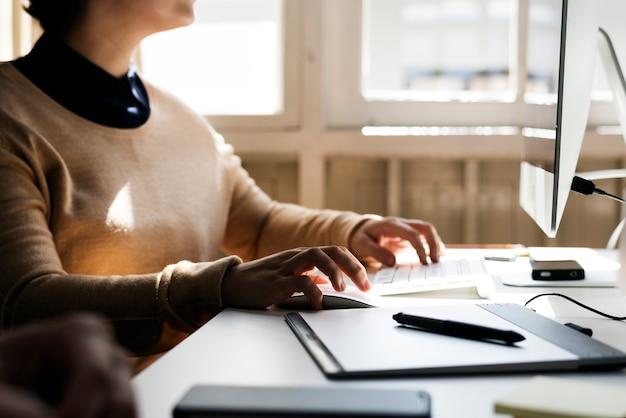 Mujer de negocios, trabajando, en, oficina