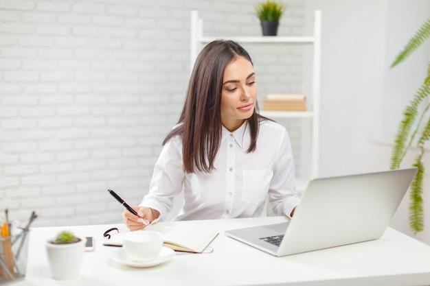 Mujer de negocios trabajando en oficina