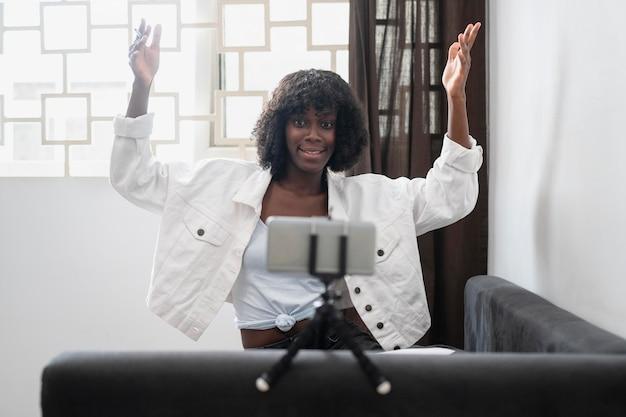 Mujer de negocios trabajando desde su sala de estar