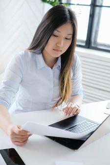 Mujer de negocios, trabajando