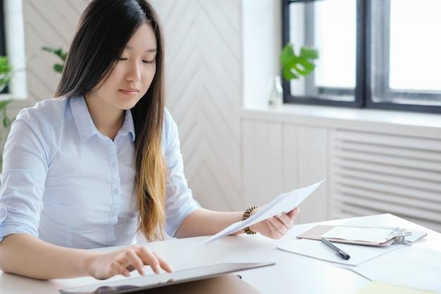 Mujer de negocios, trabajar en oficina