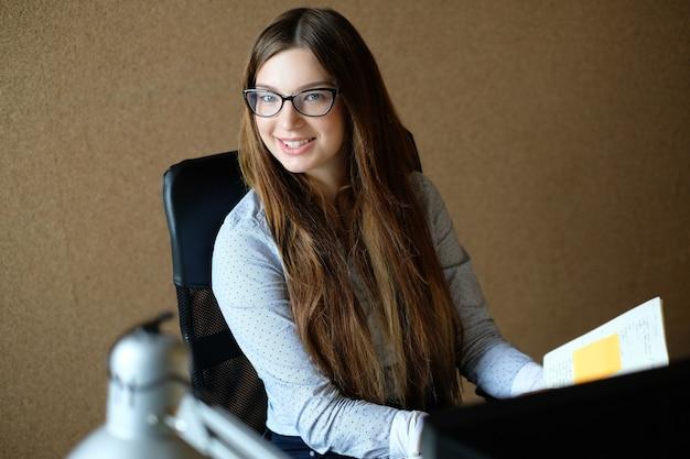 Mujer de negocios, trabajar en la oficina