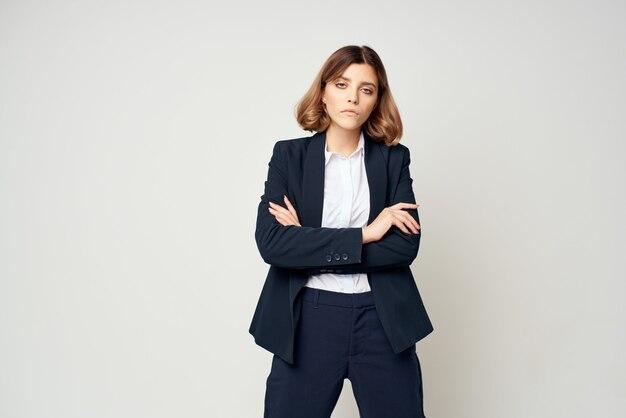 Mujer de negocios en un traje con gafas oficial de documentos de administrador de trabajo