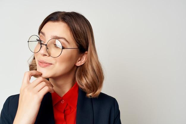 Mujer de negocios en traje gesticulando con las manos emociones trabajo gerente closeup