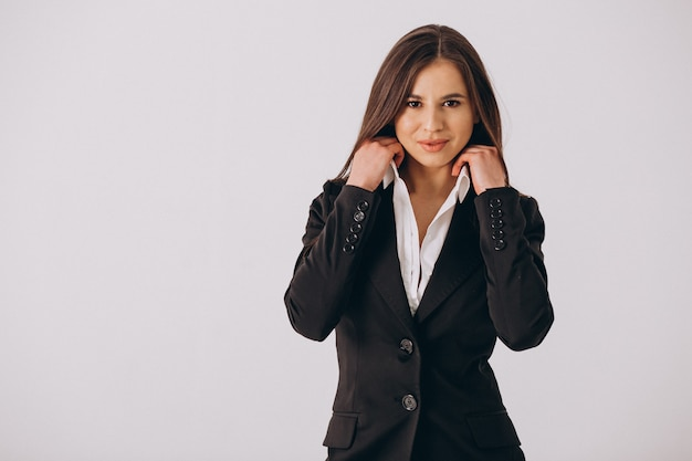 Mujer de negocios en traje negro aislado sobre fondo blanco