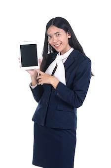 Mujer de negocios en un traje usando una tableta digital