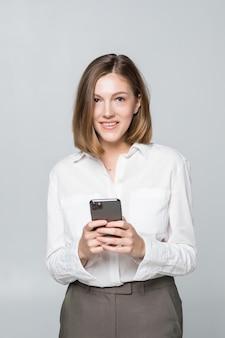 Mujer de negocios usando la aplicación en un teléfono inteligente sobre fondo blanco.