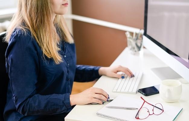 Mujer de negocios usando computadora en casa, oficina. foto de alta calidad