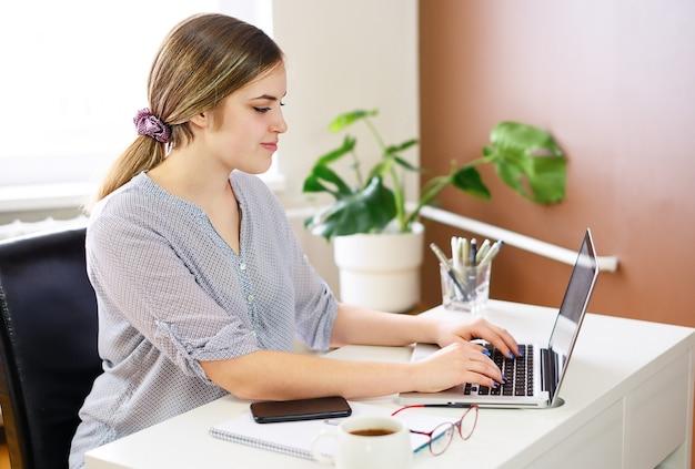 Mujer de negocios usando la computadora en casa, oficina. foto de alta calidad