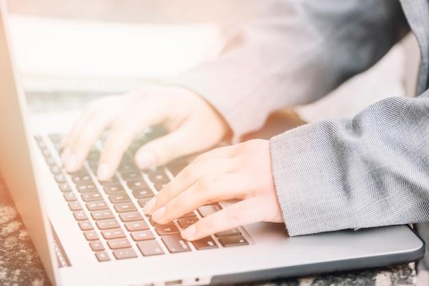 Mujer de negocios usando ordenador al aire libre