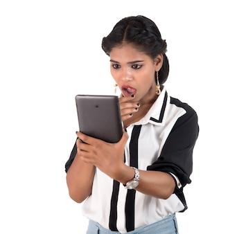 Mujer de negocios usando un teléfono móvil o smartphone aislado sobre un fondo blanco.