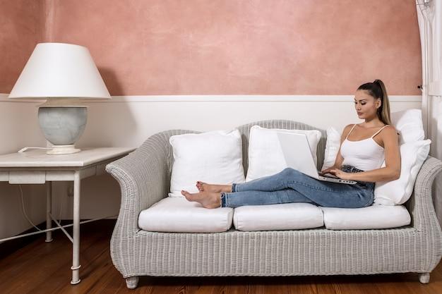 Mujer de negocios, usar la computadora portátil, en, habitación de hotel