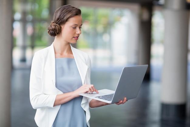Mujer de negocios, usar la computadora portátil