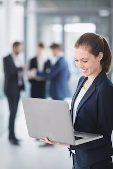 Mujer de negocios, utilizar la computadora portátil